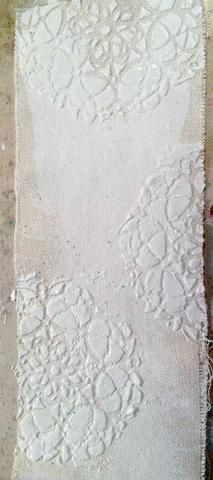 Aquí se puede ver el gesso'd and stenciled piece of canvas. I used a heat gun to dry mine because I am inpatient hehe.
