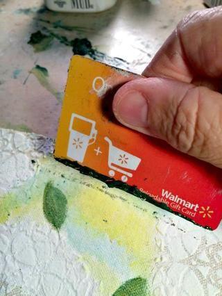 Le di unas palmaditas a cabo un poco de trébol y la hoja en mi estera entonces corrí al borde de una vieja tarjeta de regalo a través de la pintura. Entonces me robé la tarjeta en la pieza de tela para crear el tallo.