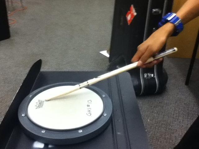 Impulsar el pad de batería ligeramente fuera del centro y poner un poco de presión en los dedos una vez que haya golpeado el pad de batería para que el palo rebota de vuelta a la posición inicial.