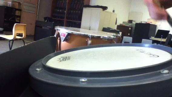 Para hacer un rollo golpe doble golpeó la almohadilla de tambor y poner presión sobre la palanca utilizando tres dedos hacia atrás para que el palo de tambor golpea el pad una segunda vez. Domina cada mano y aumentar la velocidad.
