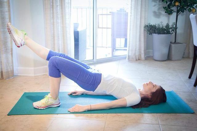 PUENTE DE ACTITUD extensiones laterales Parte II: es muy importante para mantener el nivel de las caderas. Para este movimiento, es mejor mantener la pierna en línea con la cadera que tenerlo muy arriba en el aire. Completa 10 por lado