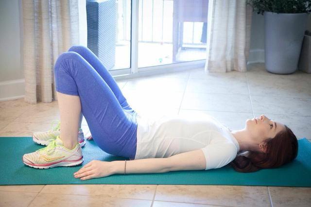 MINI PUENTE ELEVA Parte II: contraer los músculos vago por lo que su se eleva hasta dos pulgadas, mantenga, luego relajarse por lo que son alrededor de 1 pulgada del suelo. Completa 20 sin dejar que su trasero toque el suelo.