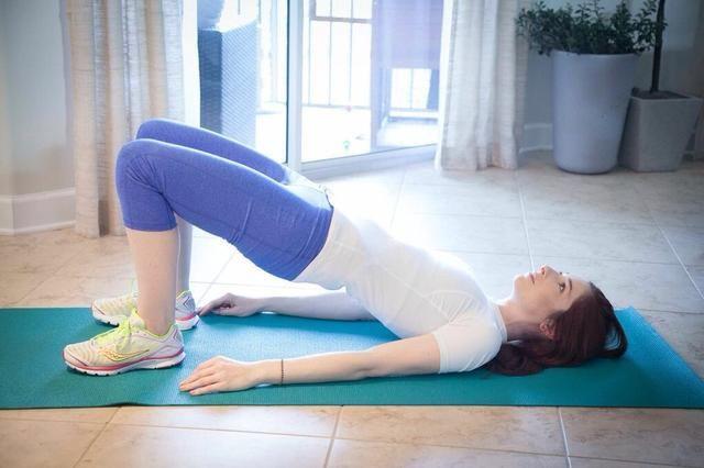 PUENTE DE ACTITUD aumentos del becerro Parte I: Inicio en el puente pose. Levante los pies a relevé por lo que las bolas de los pies y los dedos del pie están en el suelo. Mantenga y luego baja. La pelvis debe ser tan alta como sea posible