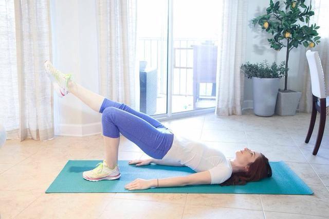 PUENTE DE ACTITUD LEG EXTENSIONES Parte II: Al levantar el pie hacia arriba, flexionar el pie, entonces, señalar los dedos de los pies al bajar hasta el suelo. Mantenga las caderas alta y uniforme. Completa 10 por lado