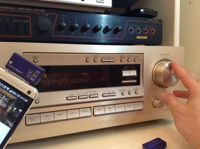 Ajuste el volumen del teléfono hasta aproximadamente 80%. A continuación, puede utilizar el mando a distancia o el volumen del equipo de música para controlar la salida de sonido.
