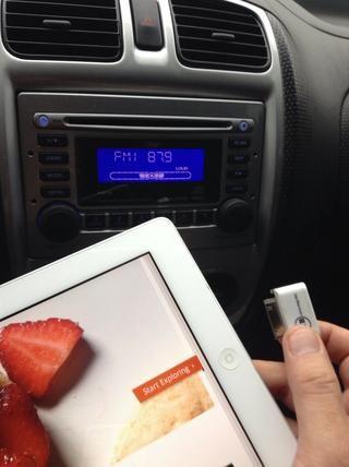 Conecte el iPhone Transmisor FM iFM transmisor en su iPad2.