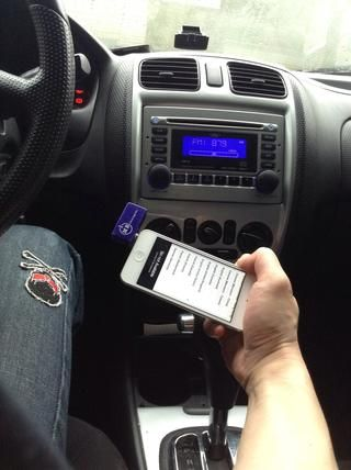 Cuando recibe una llamada, el teléfono le avisará para que pueda contestar el teléfono y hablar y escuchar la conversación a través de su radio, la música se reanudará después de que termine la llamada.