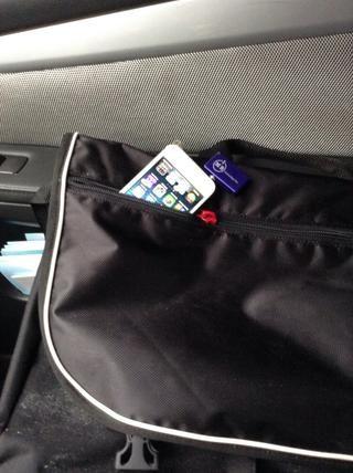 Usted puede incluso poner fuera de su iPhone5 en su bolsillo, bolso o cartera para su custodia. Usted música se reproducirá en la radio del coche.