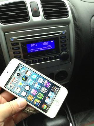 transmisor AFM iPhone FM transmitirá todos los sonidos de su iPhone5 o iTouch5 a cualquier radio del coche. Está diseñado para trabajar con los coches más viejos, incluso si sólo tiene un reproductor de CD o cassette.