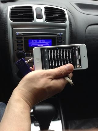Simplemente conecte AFM transmisor FM iPhone a su iPhone5.