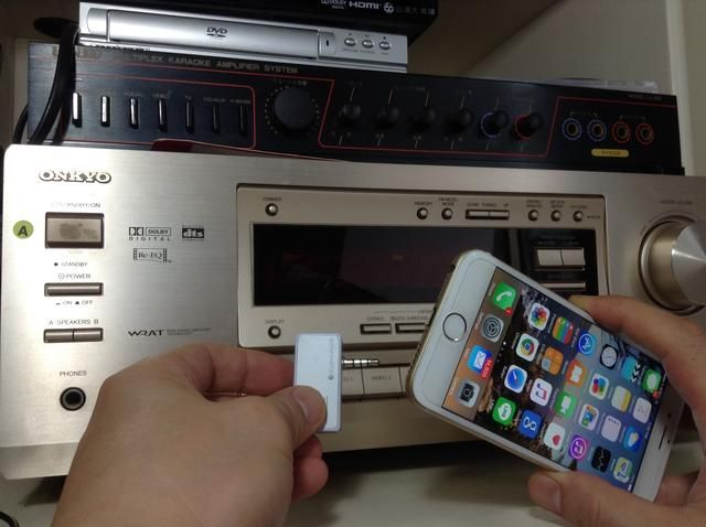 Basta con conectar el transmisor de música para el iPhone a su toma de audio en tu iPhone