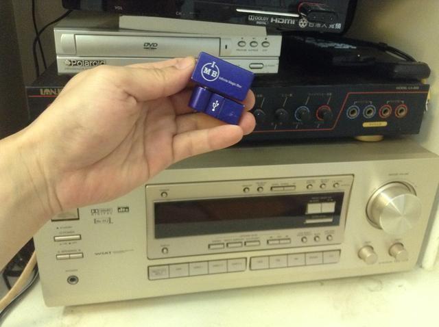 Este gadget inalámbrico del iPhone FM Transmitter.com hizo conectar el iPhone al estéreo del hogar es una tarea fácil.