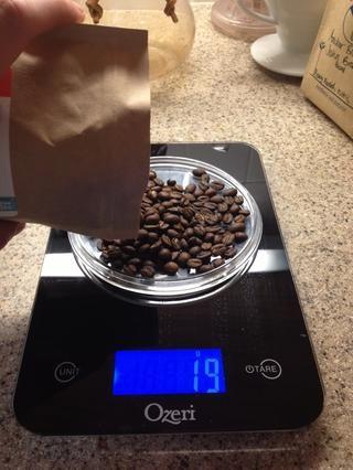 Mida el café en grano en la escala en gramos. Utilice un café 2 g por fl.oz. estándar de agua. (es decir, el café 20 g de agua de infusión 10 oz).