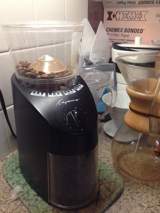Moler el café medido con molinillo al ajuste adecuado de molienda (sal marina gruesa para la prensa francesa, arena media de goteo / Chemex, sal yodada para espresso).