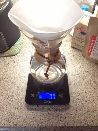 Preparar cervecero y filtro. Establecer escala para fl.oz. y de tara a cero con la escala y el filtro en su lugar en él.
