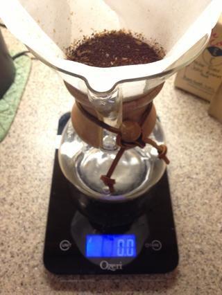 Añadir el café molido para filtrar con el lecho de café e incluso se instaló. Escala de Re-tara a 0 fl.oz. con cerveza de café llena de establecer en él.