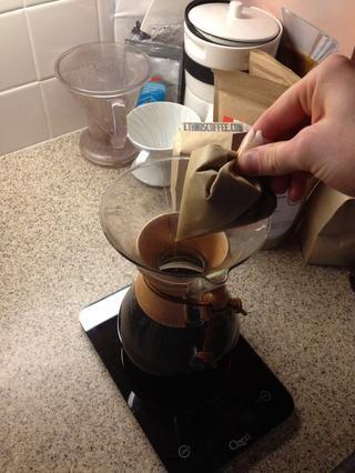 Quite el filtro y granos de café usados de cerveza, servir el café, enjuague cervecera