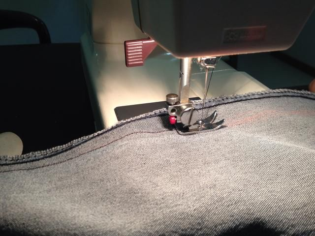 Una vez satisfechos, retire los pasadores, marque el área con tiza y coser a lo largo de la línea con una máquina de coser. Usted puede hacer una puntada hacia atrás una vez que've reached the end of the jeans, so that the thread stays firm