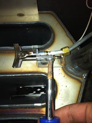 Utilice un destornillador Phillips para quitar los dos tornillos que fijan el conjunto del piloto al soporte