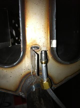 Este es el orificio del quemador piloto. Retire con cuidado esto sin necesidad de herramientas