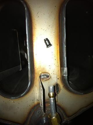 El orificio piloto simplemente se sienta a la derecha en la abertura del tubo de aluminio