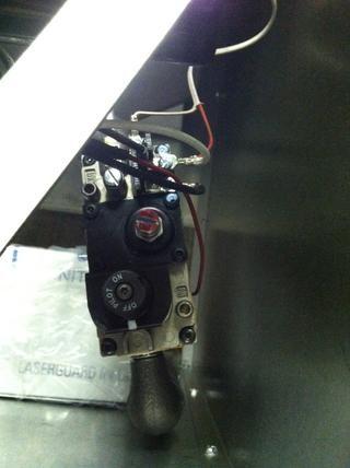 Retire el tornillo rojo en la válvula de gas