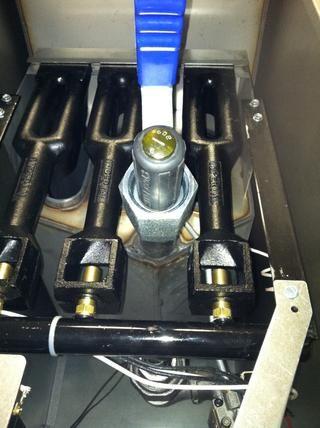 Coloque un destornillador en el desagüe para evitar que el material caiga en el interior