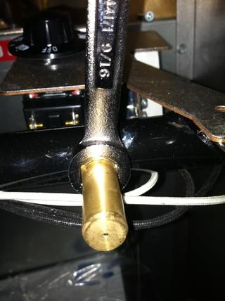 Utilice una llave de 9/16 pulgadas para quitar el orificio