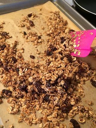 Hornee en el estante más alto durante 3 minutos en alto asar. Saque, gire granola encima y hornear de nuevo a los 3 minutos. Observe cuidadosamente y adaptar los tiempos de su horno. Se puede quemar muy rápidamente !!