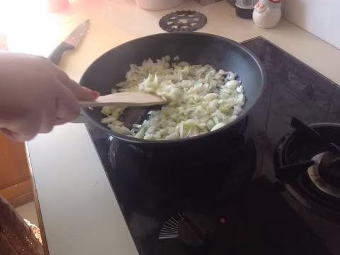 Picar y rehogar las cebollas. Ponga a un lado para más adelante.