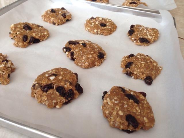Añadir papel de pergamino a la sartén y dejar caer la masa de galletas. Recuerde que para aplanar la masa. Hornee a 350 ° F durante 10 a 15 min.