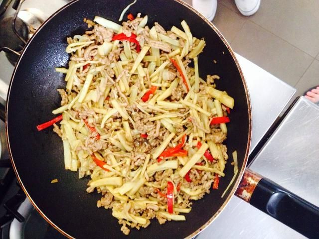 A continuación, puede añadir el brotes de bambú y salsa de ostras y saltear un poco más.