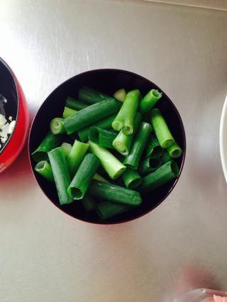 Estas son las cebollas verdes también cortadas en 1