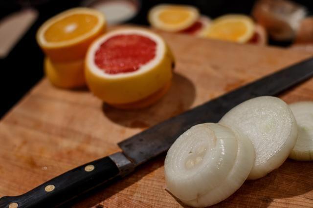 Cortar las cebollas y cítricos. Hacer los anillos alrededor de 1,5 a 2 cm de espesor. Por los Yanquis, que's about 1/2 an inch