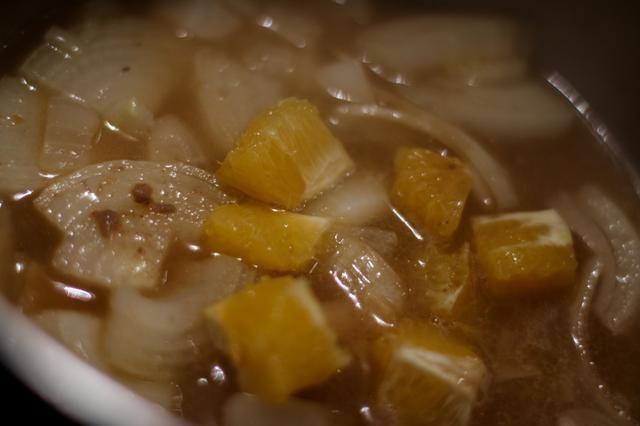 Coloca los drenados cocinar líquidos, cebollas y cítricos en una olla la salsa y ponerla a hervir. Una vez hervida, reduzca el fuego a medio (justo hirviendo pero no en gran medida)