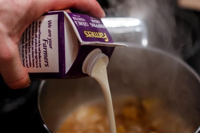 Añadir 1/4 de la crema y llevar a ebullición. Una vez que hierva, añadir el resto de la crema y luego reducirlo hasta el grosor deseado.