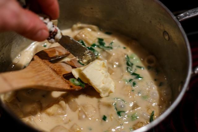 Añadir las cebollas verdes y un wop de mantequilla a la salsa. (Hacer esto al final y fuera del calor)