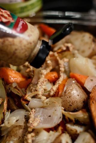 Una vez que la mezcla de patata y verdura esté cocida, añadir el vinagre de sidra de manzana y mostaza dijon granulada.