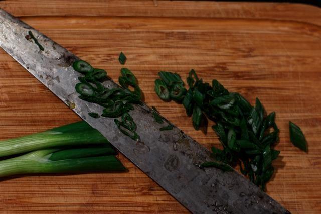 Cortar las cebollas verdes