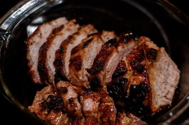 Una vez que se's off the bone, slicing it into portions is really easy. Cut the meat however thick you'd like.