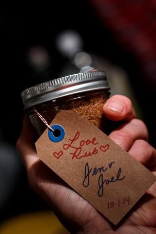 Mis amigos maravillosos Jennifer y Joel dieron un vistazo a este & lt; 3 Amor Rub & lt; 3 de favores de la boda. Es delicioso y muy versátil.