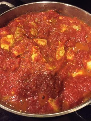 Añadir el tomate picado y continuar la cocción del pollo. Añadir el pimentón y el cuarto de taza de caldo de pollo. Luego cocinar el pollo a través de, por lo menos 20 minutos o hasta que los sabores se integró plenamente.
