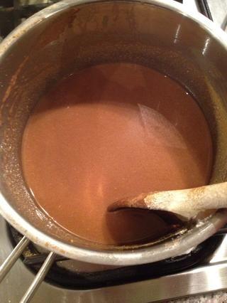 Colar la salsa, agregar 1/4 taza de crema y llevar a ebullición. Añadir sal y pimienta al gusto.