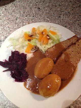 Cortar el pastel de carne y servir con ensalada, aquí iceberg, rebanadas de clementinas y las nueces, col roja en escabeche dulce (ver mi guía sobre cómo hacerlo) patatas y mucha salsa.