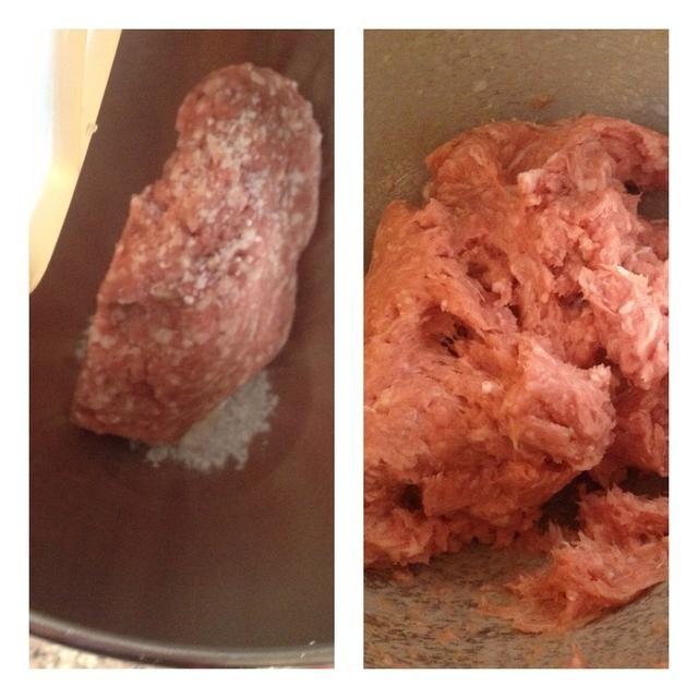 Mezcle su pique con una cucharadita de sal durante 4-5 minutos a alta velocidad. Esto permitirá a la carne para absorber más líquido.
