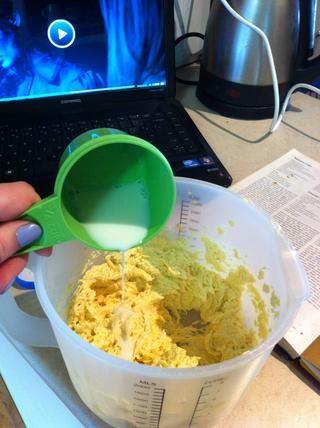 Vierta la mezcla de la leche en la mezcla de la mantequilla crema