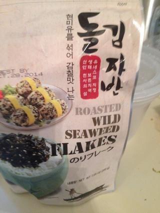 Aquí están los copos de algas tostadas. Son deliciosos. Tengo estos en Costco. Esto es opcional. También puede obtener las hojas de algas tostadas y romperlas en pequeños tiras y añadir para adornar.