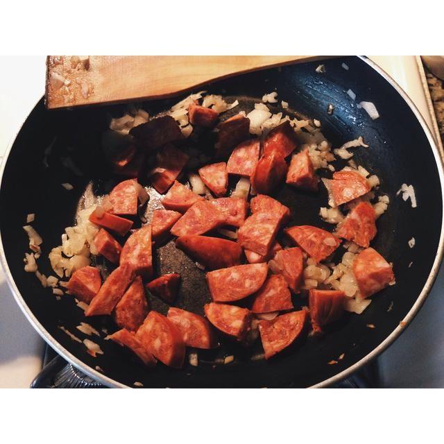 3. Añada sus carnes a la cacerola.