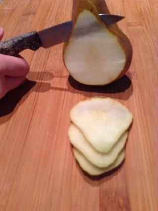 Cortar la pera en rodajas.