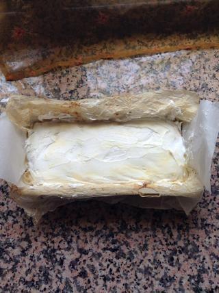 Extender la crema batida sobre el pudín de vainilla.
